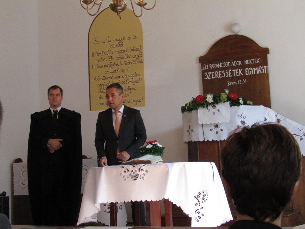 Potápi Árpád János államtitkár (j) és Halász Dániel lelkész (b)