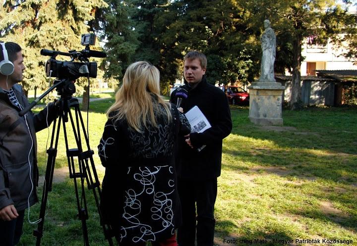 Hetzmann Róbert (elnök) nyilatkozik az MTV stábjának Szerbcsernyén