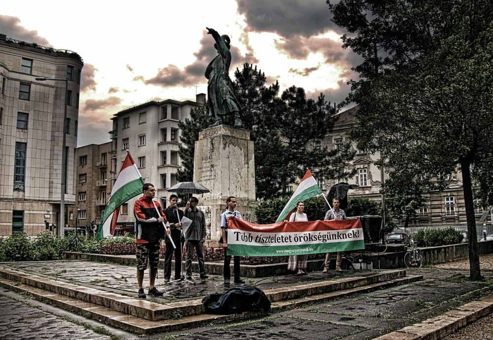 Az egyesület tagjai Bem József szobránál (Kép: K.G.)