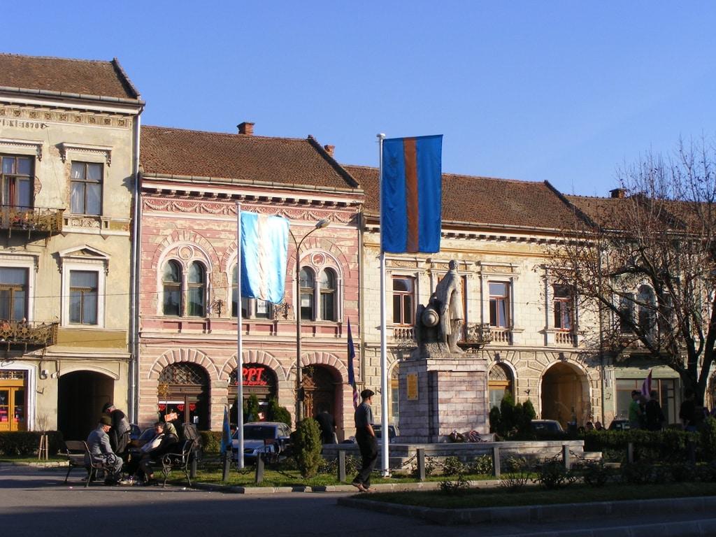 Gábor Áron szobra Kézdivásárhelyen az azóta már eltávolított székely zászlókkal