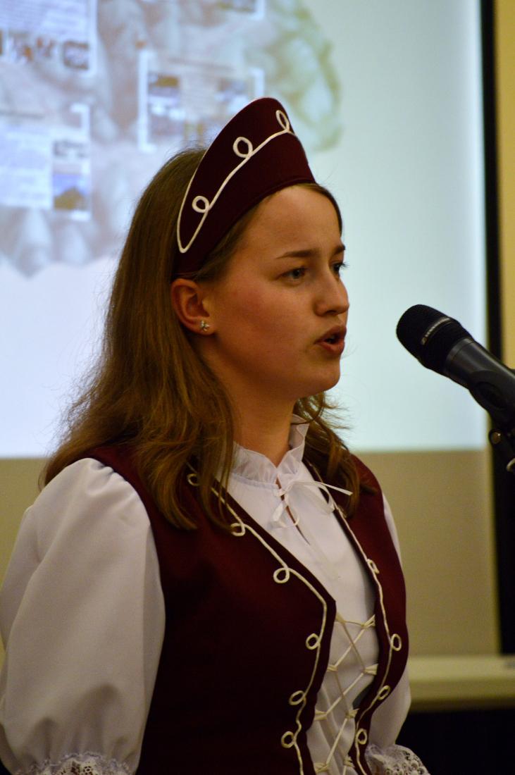 Miller Anna, a huszti magyar iskola diákja szaval