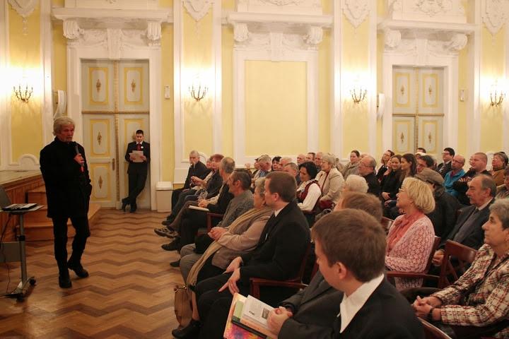 Dr. Papp Lajos előadása közben
