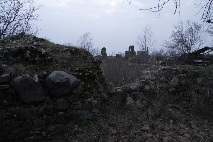 Ahol Kapisztránt őrizték: a régi ferences templom romjai, a távolban a Kankóvár maradéka