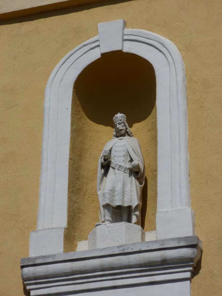 Szent István király szobra Oravicabánya templomtornyán