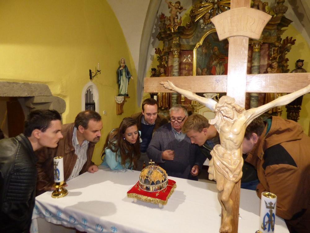 György Ferenc plébános (középen) megmutatja a Szent Korona másolatát a Patriótáknak