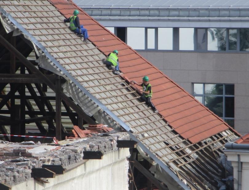 A tető rombolása tovább folyik…