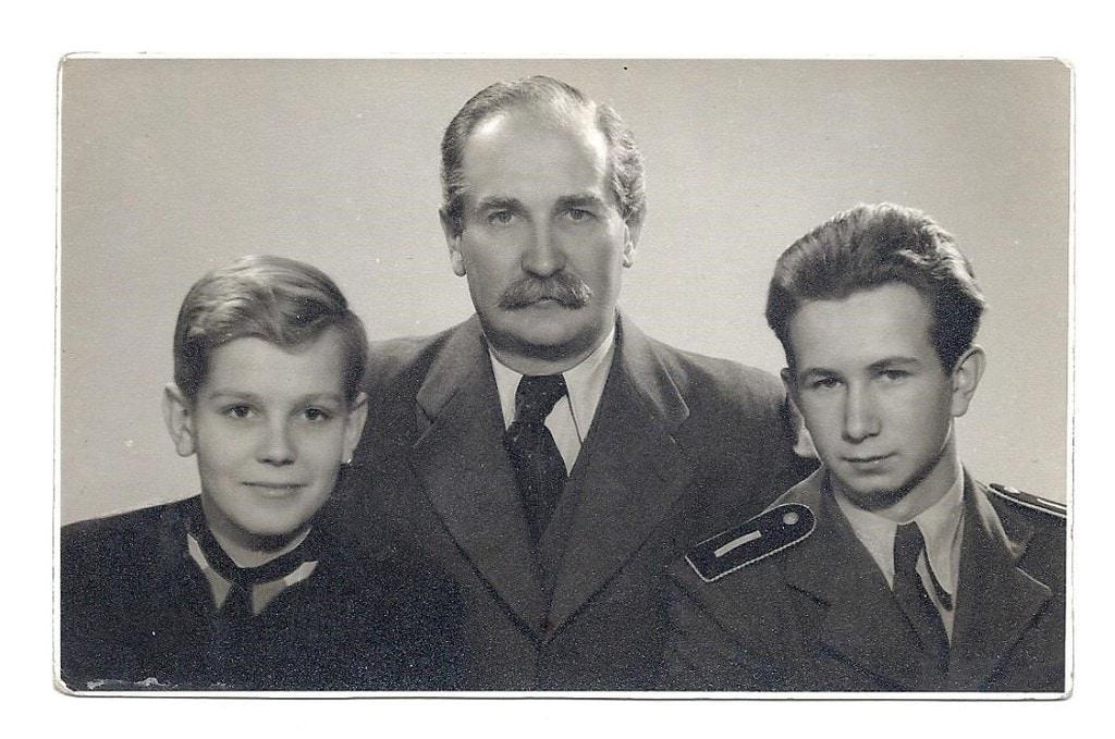 Dr. Egán Imre, a nyugat-magyarországi felkelés hőse a fiaival, balról jobbra: Ede, az Édesapa, és Iván (1941. december)