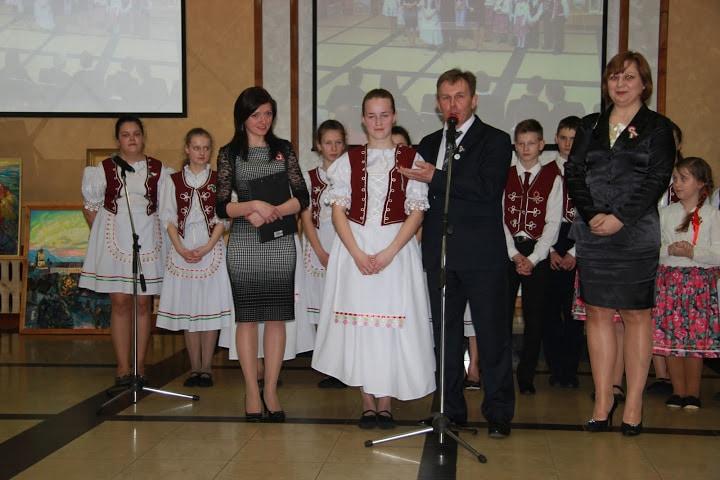 Kozma József köszönetet mond a két felkészítő tanárnak, Szabó Gabriellának (b) és Nagy Csillának (j), valamint Miller Anna tanulónak (Kép: Izing Máté)