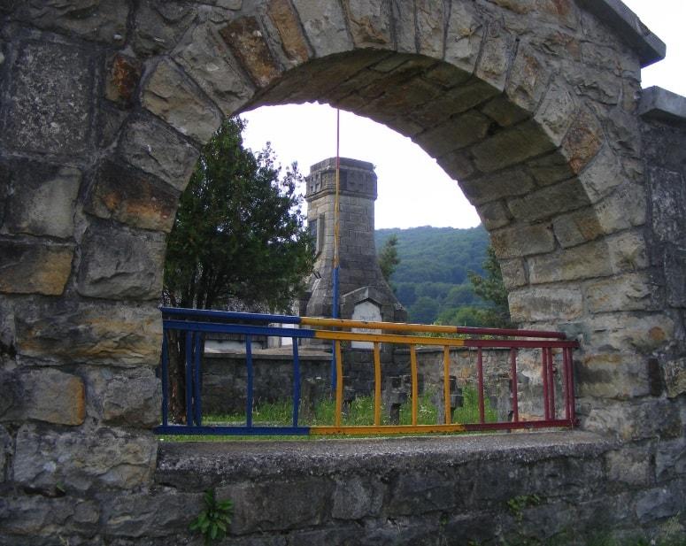 Román nemzeti színűre mázolt kerítés