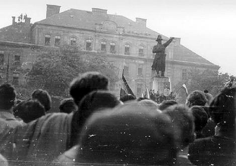 1956. október 23-án a laktanya ablakából adták ki a zászlókat az induló forradalmároknak