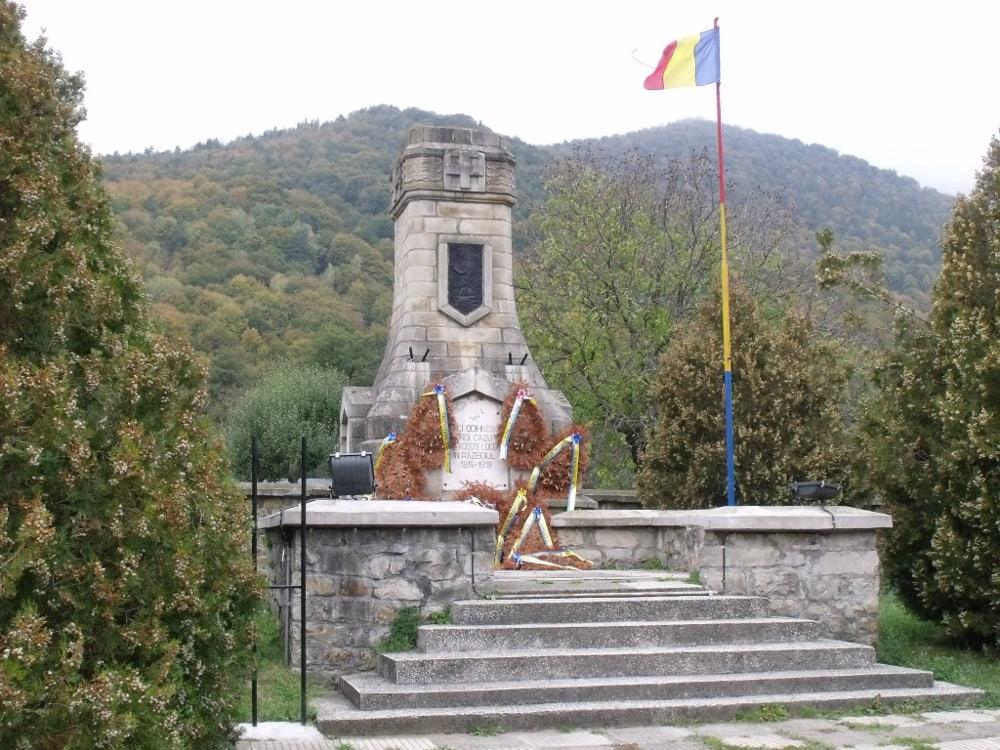 A sósmezői haditemető 1930-ban épített emlékműve (Bánkúti Ákos felvétele)